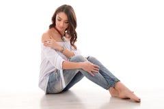 Lange het haar donkerbruine vrouw van de manierstijl in jeans die luxe s dragen Stock Foto