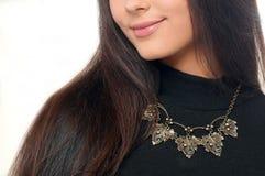 Lange het haar mooie vrouw die van het studioportret modieuze neckla dragen stock foto