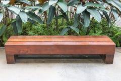 Lange Holzbank Stockbild