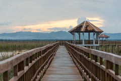 Lange Holzbrücke des Sonnenuntergangs in Sam Roi Yot National Park, Prachuap Lizenzfreies Stockbild