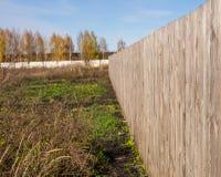 Lange houten omheining op het gebied Royalty-vrije Stock Fotografie