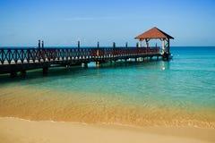 Lange houten pier voor schepen, die zich in het overzees uitrekken Royalty-vrije Stock Foto