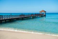 Lange houten pier voor schepen, die zich in het overzees uitrekken Royalty-vrije Stock Fotografie