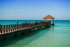 Lange houten pier voor schepen, die zich in het overzees uitrekken Royalty-vrije Stock Afbeelding