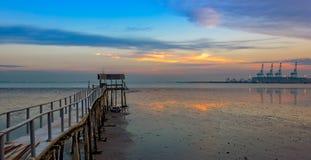 Lange houten pier voor vissersboten Stock Foto's