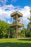 Lange houten vooruitzichttoren voor het waarnemen van aard stock foto's
