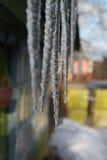 Lange ijskegels die van de de daklijn en smelting hangen royalty-vrije stock afbeelding