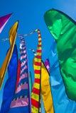 Lange, kleurrijke banners die in de wind fladderen Stock Afbeelding