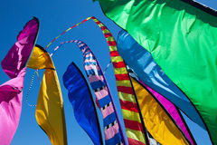 Lange, kleurrijke banners die in de wind fladderen Stock Foto