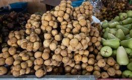 Lange kong Art von tropischen frischen Früchten am asiatischen Markt in Thailand stockfotografie