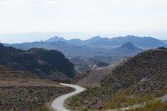 Lange kurvenreiche Straße in Death Valley Stockbild