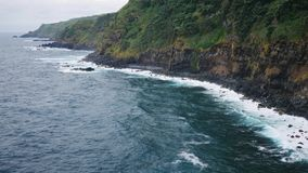 Lange kustlijn langs rotsachtig wild kust slecht weer stock footage