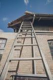 Lange ladder bij een oud gebouw royalty-vrije stock afbeeldingen