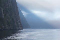 Lange lens die onderaan de kust kijken stock afbeeldingen