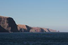 Lange lens die onderaan een kustlijn kijken stock foto's