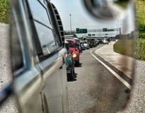 Lange lijn van auto's in rearvewspiegel Stock Foto