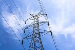 Lange lijn van elektrotransmissietorens royalty-vrije stock afbeelding