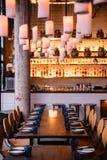 Lange lijst met tien zetels voor het dineren bij het restaurant met comfortabele en warme verlichting in Bangkok, Thailand stock foto