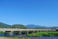 Lange, majestueuze brug met blauwe hemelen royalty-vrije stock foto