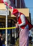 Lange mens met ballons op het werk Stock Foto