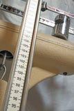 Lange messende Stange von alte pädiatrische Skalen, zum des Klapses zu messen Lizenzfreies Stockbild