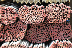 Lange Metallstangen des quadratischen Querschnitts Lizenzfreie Stockfotos