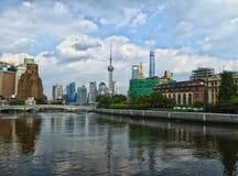 Lange moderne gebouwen in Shanghai Royalty-vrije Stock Foto