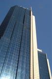 Lange moderne wolkenkrabber Stock Afbeeldingen