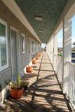 Lange Motel in openlucht veranda met het verdwijnen puntperspectief Stock Fotografie