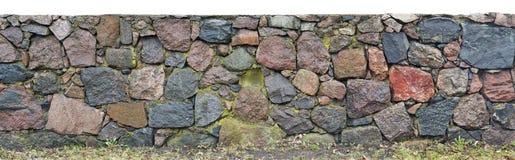 Lange muur van het grote vocht van granietstenen na regen royalty-vrije stock afbeelding