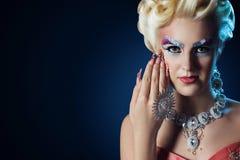 Lange Nägel der Schönheit bilden vollen Modeblick Lizenzfreies Stockfoto