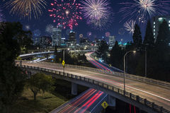 Lange Nachtbelichtung des Nachtverkehrs in Portland, Lizenzfreie Stockfotografie