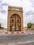 Lange overladen, gesneden poorten in Tozeur, Tunesië Stock Fotografie