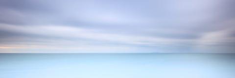 Lange overzeese van het blootstellingspanorama zachte bewolkte hemel Royalty-vrije Stock Afbeeldingen