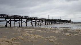 Lange pijler bij het strand Stock Foto