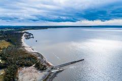 Lange pijler en oceaankustlijn met mangroven stock afbeeldingen
