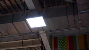 Lange pijpen van industriële hvacsysteem en lampen op plafond van groot winkelcentrum stock footage