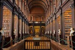 Lange Raumbibliothek Stockbilder