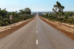 Lange rechte weg aan horizon stock foto's