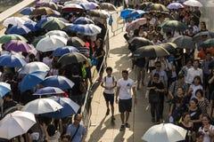 Lange Reihe, die nahe Padang sich bildet, um sich Staatsbegräbnis von Herrn anzuschließen Lee Kuan Yew Stockfotos