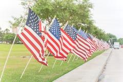 Lange rij van gazon Amerikaanse Vlaggen op groene graswerf Memorial Day royalty-vrije stock fotografie