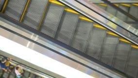 Lange roltrappen in moderne wandelgalerij stock afbeeldingen