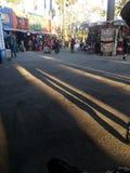 Lange Schaduwen van de bezoekers bij de markt van de Provincie van Los Angeles in Pomona Stock Foto