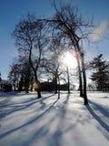 Lange Schatten auf dem tiefen Schnee! Lizenzfreie Stockfotos