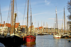 Lange schepen in de haven van Alkmaar Stock Afbeeldingen