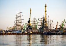 Lange schepen in haven Stock Fotografie