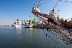 Lange schepen in haven Stock Foto