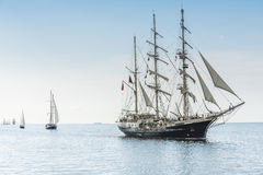 Lange schepen op blauw water Royalty-vrije Stock Afbeeldingen