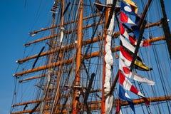 Lange schepenmasten met vlaggen Stock Afbeeldingen