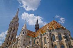 Lange scherpe torens van St Matthias Church in Boedapest, Hongarije Stock Foto